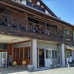 わわ - 天理観光農園の建物。カフェ以外に野外でBBQできるスペースあり。
