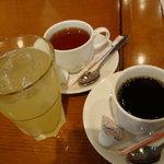 ポルトフィーノ - ポルトフィーノ パイナップルジュース(左)紅茶(奥)コーヒー(右)