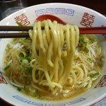遊麺地ずんべらぼん - ずんべらサンの牛麺(麺持上げ)