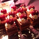 67761259 - キルシュトルテ@ドイツの定番ケーキ。柔らかいチョコレートジェノワーズにチョコとチェリーのクリーム