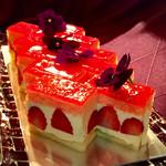 67762053 - フレジエ@フランスの定番ケーキ。薄めのピスタチオビスキュイにたっぷりのバタークリームと大きな苺