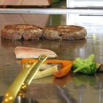 鉄板ビストロ キャトル - 鉄板で焼き野菜と国産牛ハンバーグを調理中