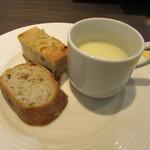 鉄板ビストロ キャトル - ポテトスープ、味付けフォカッチャ、バゲット