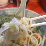 源来軒 - 麺はこんな感じ 白く映っているのは間違い