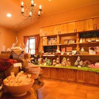 ★人気の焼きドーナッツなど焼き菓子スペースも充実♪