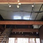 パンゲア - 天井が高く開放的な店内
