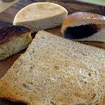 ベッカライ麦々堂 - 全粒粉食パン クイニーアマン チーズマフィン あんパン