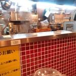 立川マシマシ - 厨房を臨む