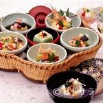夕月亭 -  梅の形をあしらった器の中の色鮮やかな小鉢料理『まつ御膳』