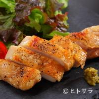 道頓堀 一休 - 大山地鶏の素材のおいしさを味わえるようシンプルな味付けで仕上げた『地鶏の塩焼き 柚子胡椒添え