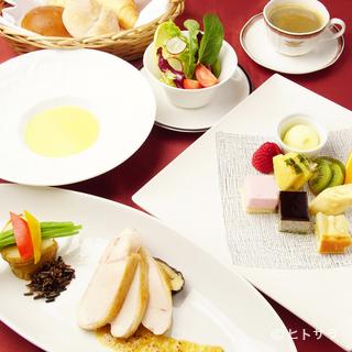 料理や季節に合わせて使われる、いろいろなタイプの食器