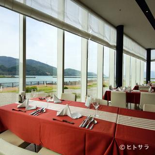 雄大な海を眺めながらの食事は、また格別な味わい