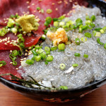 磯料理 魚の「カネあ」 - 生しらす鮪丼(2色丼) 1,390円(税込)