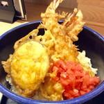 """豊祝 - """"海老天丼""""。中型の海老が3尾とサツマイモの天ぷら。紅生姜が味のアクセントになっている。"""