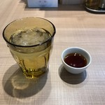 67785320 - 冷たい水と烏龍茶。                       美味し。