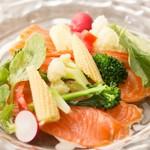 自家製スモークサーモンと温野菜サラダ