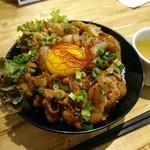 肉バル529 - 奥入瀬ガーリックポークカルビ丼 880円