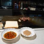 ステーキハウス モーシャトー - カットしたお肉を……