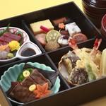 ☆ 季節の松花堂弁当<葵> 冬の味覚をお弁当にしました。ご飯は蟹ご飯です。