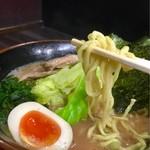 武術家 - 麺は太めの縮れ麺!