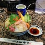 磯のがってん寿司 - 日替りランチ丼(626円)。ご飯大盛りにしていただきました。今日も満足