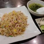 蓬来軒 - 炒飯(スープ、漬物付き800円)