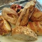 67811291 - オーツ麦や亜麻仁ひまわりの種のパンオセレアル、無花果とくるみのハード系など