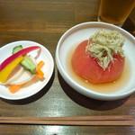 67812134 - 左:お通しの浅漬け?ピクルス? 右:出汁トマト。出汁とトマトの組み合わせ?が良くてとっても美味しい!