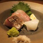 鈴しろ - 刺身盛り合わせ 鹿児島の真鯛、長崎の白イカ、七尾の鰆の炙り