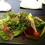 67815194 - 25種の野菜とハーブのサラダ