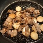 道の駅はわい アロハ大市場 - フライパンで炒めて、長いも豚バラ炒めのたれを絡めます