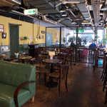 フレッシュネスバーガー - 店内は鈍色のソファーなどが配され、お洒落なカフェの雰囲気