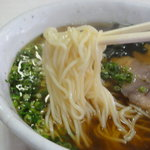 食事処かもめ - 麺は白っぽいスクエアーなストレート細麺