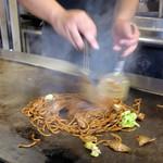 焼きそばバル飯島屋 - 調理は全て鉄板で行うのがこちらのスタイル