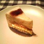 お菓子の店 アグリ - 洋梨のムースとカラメルソースのケーキ