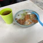 台湾風粥専門店 阿里 - コップに氷と温かいお茶が‥笑