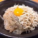 きんちゃく家 - 生しらすと釜揚げハーフ丼¥780(ネギ、刻み大葉、刻み海苔抜き)