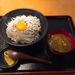 きんちゃく家 - 生しらすと釜揚げハーフ丼¥780(刻み大葉、刻み海苔、ネギ抜き)