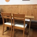 ぶた丼のとん田 - テーブル席