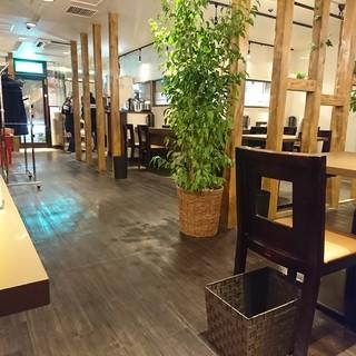 居心地の良いカフェスタイルの店内