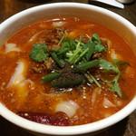 西安刀削麺酒楼 - 本場辛いスープのマーラー麺800円