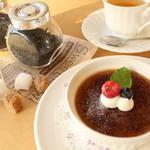 ピーカーブー - あたたかい紅茶はアールグレイ・ダージリン・セイロンをご用意。ポットで提供いたします