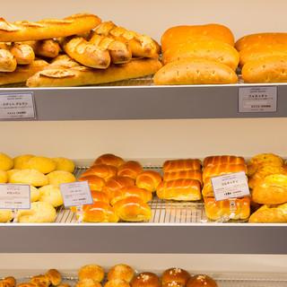 毎日作る焼きたてパンは約50種類!コーヒーとぜひご一緒に