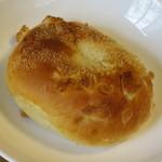 kuma - 焼きカレーパン160円(内税)。