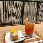 モスカフェ - コンセントとお洒落な壁紙