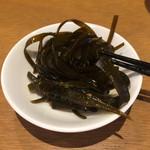 うどんダイニング 弥栄 - 鰹で昆布を和えたのがセルフサービス