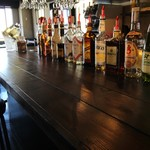 KICKS - カウンターに並ぶお酒