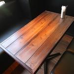 KICKS - 温かみのある木製テーブルです