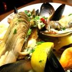 ラ・ピッコラ・ターヴォラ - 魚介の黒こしょう煮