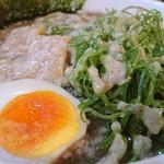 濃厚らーめん 驚麺屋 - メガトンこつ(小)バリカタ・九条ネギ多め・背脂コテコテ 650円